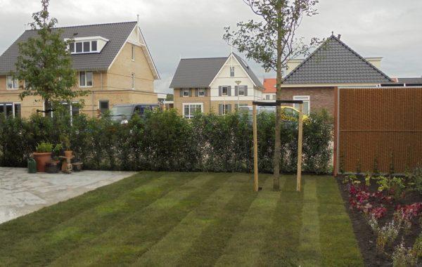 Strakke tuin met betonterrassen in Meteren