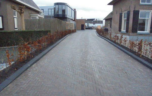 Aanleg van een oprit met parkeerterrein bij Doornebal Interieurs in Lienden